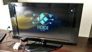 Probando el media center Kodi desde la Raspberry Pi en mi televisor.